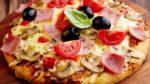 Пицца с грибами, помидорами и сыром