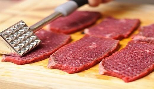 Отбить кухонным молотком кусочки говядины